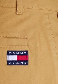Tommy Jeans - ETHAN BLEND PANT - Chino kalhoty - beige/camel - 5