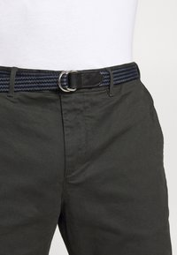 Scotch & Soda - STUART PEACHED WITH GIVE AWAY BELT - Chinos - charcoal - 4