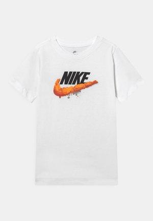 NSW TEE TAKEDOWN UNISEX - T-shirt z nadrukiem - white