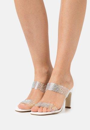 HAMWEN - Pantofle na podpatku - clear