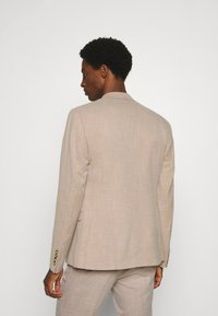 Isaac Dewhirst - WEDDING COLLECTION - SLIM FIT SUIT - Completo - beige - 3