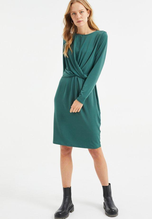MET KNOOPDETAIL - Sukienka z dżerseju - dark green