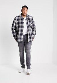 GANT - THE ORIGINAL SLIM V NECK  - T-shirt med print - white - 1