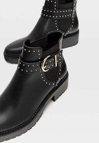 Stradivarius - MIT NIETEN UND PROFILSOHLE - Ankle boots - black - 4
