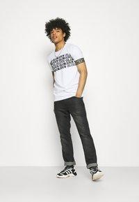 Glorious Gangsta - ESTEN TEE - T-shirt imprimé - optic white - 1