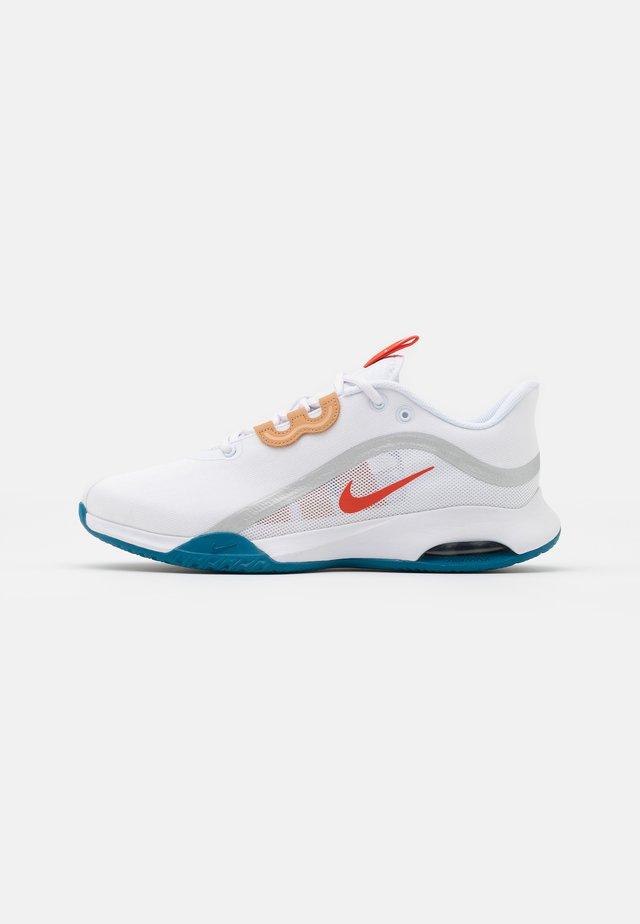 AIR MAX VOLLEY - Chaussures de tennis toutes surfaces - white/team orange/green abyss