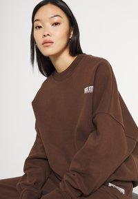 Nicki Studios - EXCLUSIVELOGOCREWNECK - Sweater - deliciosobrown - 3