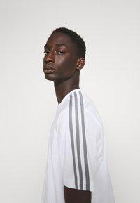 adidas Originals - 3 STRIPE TEE - T-shirts print - white/grey - 3