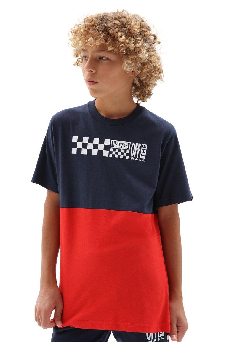 Vans - BY CHECK BLOCK S/S - Print T-shirt - dress blues/high risk red