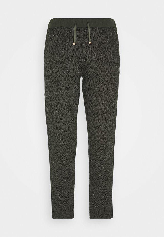 PANT - Teplákové kalhoty - laurel green met