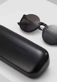 McQ Alexander McQueen - Okulary przeciwsłoneczne - black/grey - 2