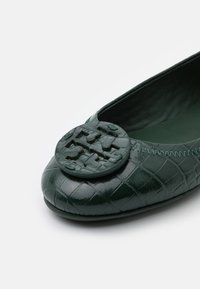 Tory Burch - EMBOSSED MINNIE TRAVEL LOGO - Baleríny - green - 6