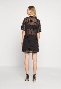 Missguided - FESTIVAL EXCLUSIVE STAR FLOCK OVERSIZED T SHIRT DRESS - Denní šaty - black - 2