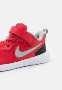 Nike Performance - REVOLUTION 5 UNISEX - Scarpe running neutre - universe red/light smoke grey/black/white - 5