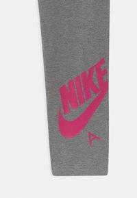 Nike Sportswear - FAVORITES - Legging - carbon heather/fireberry - 2