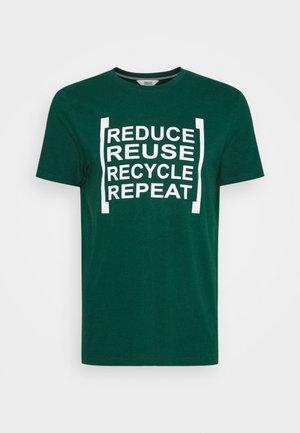 NEWPORT  - T-shirt con stampa - rain forest