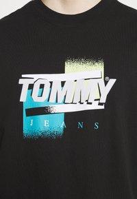 Tommy Jeans - FADED GRAPHIC TEE UNISEX - Triko spotiskem - black - 4