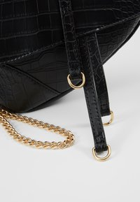 Missguided - CROC CHAIN DETAIL SADDLE BAG - Handbag - black