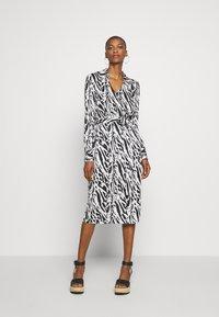Diane von Furstenberg - Sukienka koktajlowa - tiger twigs small black - 0
