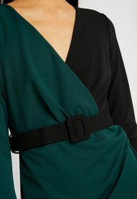 WAL G. - CONTRAST DRESS - Shift dress - black/forest green - 6