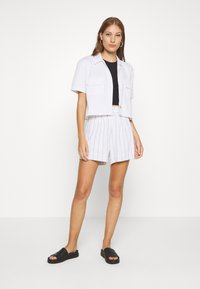 Abercrombie & Fitch - LONG INSEAM STRIPE - Shorts - white/blue - 1