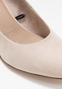 Tamaris - COURT SHOE - Klassiske pumps - ivory - 2