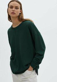 Massimo Dutti - MIT RUNDAUSSCHNITT UND ZIERNAHT IN DER MITTE - Sweatshirt - green - 0