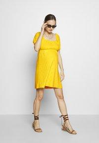 MAMALICIOUS - SHORT DRESS - Sukienka z dżerseju - primrose yellow - 1