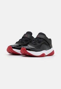 Jordan - 11 CMFT LOW UNISEX - Zapatillas - black/white/gym red - 1