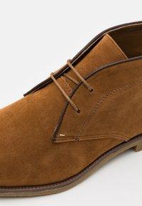 Burton Menswear London - COHEN CHUKKA - Sznurowane obuwie sportowe - tan - 5