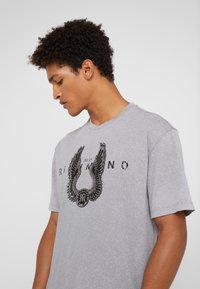 John Richmond - ZARAGOVA - Print T-shirt - grey medium - 3