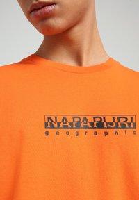 Napapijri - S-BOX   - T-shirt med print - orangeade - 4