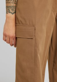Missguided Petite - PLEAT FRONT TURN UP HEM CARGO TROUSER - Cargo trousers - tan - 6
