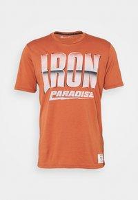 Under Armour - ROCK IRON PARADISE - Triko spotiskem - orange oxide - 3