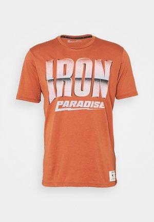 ROCK IRON PARADISE - T-shirts med print - orange oxide