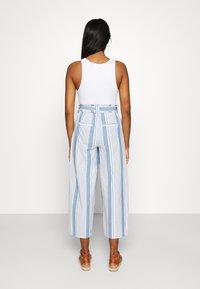 Vero Moda - VMAKELA PAPERBAG CULOTTE - Bukse - light blue denim/white - 2