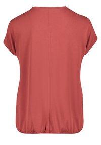 Betty & Co - MIT GUMMIZUG - Basic T-shirt - barn red - 4