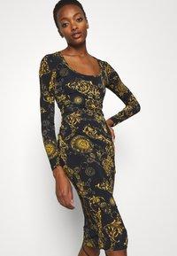 Versace Jeans Couture - Vestido ligero - black/gold - 3