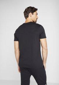 Reebok - LINEAR READ TEE - T-shirt z nadrukiem - black - 2
