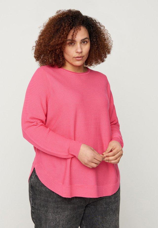 MIT RUNDHALSAUSSCHNITT - Sweter - pink