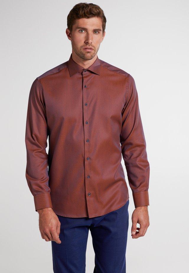 MODERN FIT - Shirt - marine/rostrot