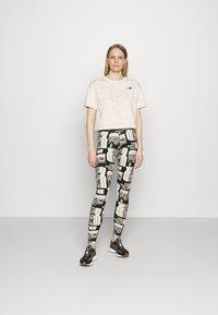 The North Face - DISTORTED LOGO CROP TEE - Camiseta básica - vintage white - 1