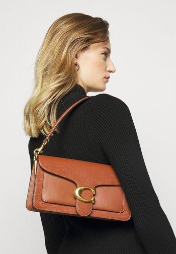 POLISHED TABBY SHOULDER BAG - Handbag - saddle