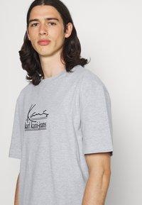 Karl Kani - SIGNATURE TEE UNISEX - Print T-shirt - grey - 3