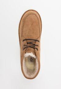 UGG - CAMPOUT CHUKKA - Zapatos con cordones - chestnut - 1