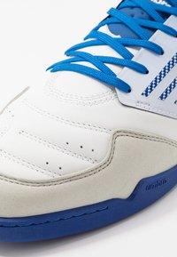 Umbro - CHALEIRA II PRO - Halové fotbalové kopačky - white/black/regal blue - 5