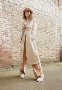 adidas Originals - TRENCH ORIGINALS ADICOLOR PRIMEGREEN COAT - Trenchcoat - white - 1