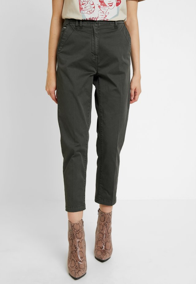 PAGE MID BAGGY BF ANKLE CHINO WMN - Chinosy - premium micro str twill od