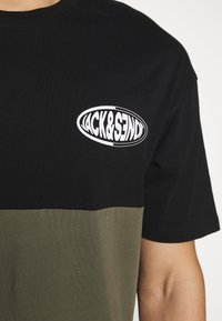 Jack & Jones - JOROVAL TEE CREW NECK - T-shirt med print - dusty olive - 4