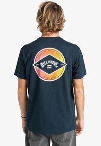 Billabong - ROTOR ARCH  - Print T-shirt - navy - 1